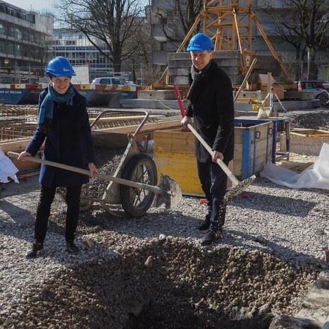 5 Grundsteinlegung Volksschule Marzili mit Gemeinderätin Franziska Teuscher und Stadtbaumeister Thomas Pfluger. Vergrösserte Ansicht