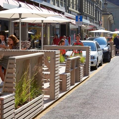 Parklets in der Zeughausgasse (Bild: Yoshiko Kusano). Vergrösserte Ansicht