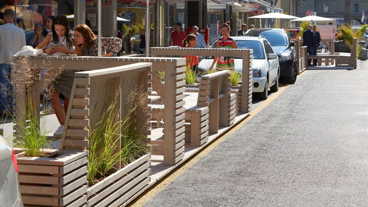 Parklets in der Zeughausgasse (Bild: Yoshiko Kusano)