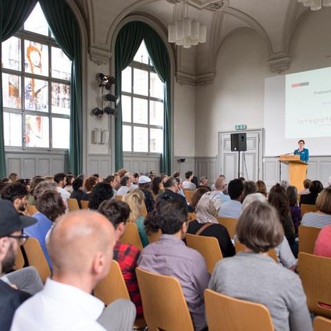 Integrationspreis Verleihung Bild Sandra Blaser (JPG; 2,5 MB). Vergrösserte Ansicht