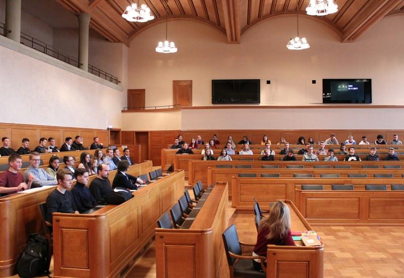 Jugendliche politisieren im Grossratssaal.