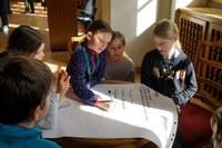 Anaëlle (Mitte) in der Diskussion über Sprachschwierigkeiten von Kindern