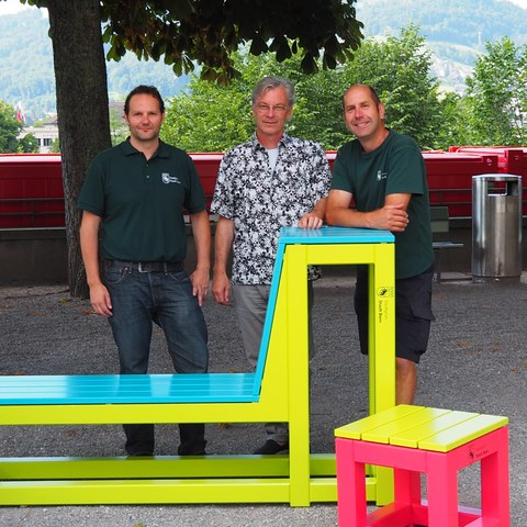 Von links: Thomas Mäusli (Bereichsleiter Betriebe Elfenau von Stadtgrün Bern), René Hauser (Berufsgruppenleiter PD3D Schule für Gestaltung Bern und Biel) und Ulrich Wälti (Leiter Schreinerei Betriebe Elfenau, Stadtgrün Bern).. Vergrösserte Ansicht