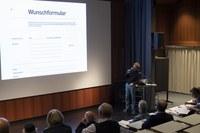 Künstler Florian Graf bei einer Präsentation des Projektes 2 (Bild: Beat Schweizer)