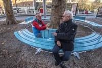 Dani von Gunten (Laden Loryplatz) und Urs Emch (IG Loryplatz) (v.l.) auf der Rundbank   Bild Alexander Egger (im Auftrag des Tiefbauamts der Stadt Bern)