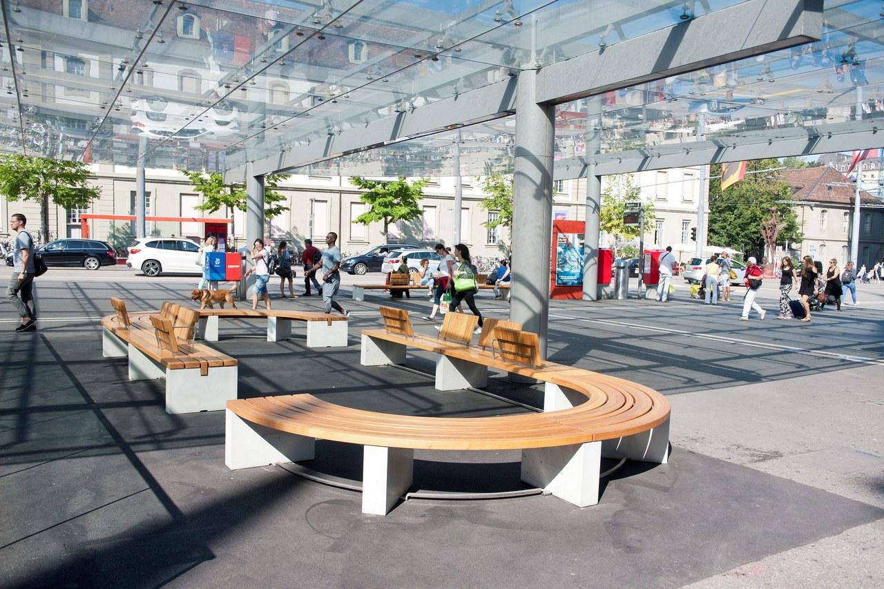 Neue runde Sitzbank auf dem Bahnhofplatz. Bild: Manuel Zingg.
