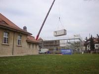 Platzierung eines Moduls mit Kran Bild Hochbau Stadt Bern