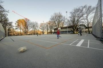 Volksschule Steigerhubel Allwetterplatz Bild Joel Schweizer. Vergrösserte Ansicht