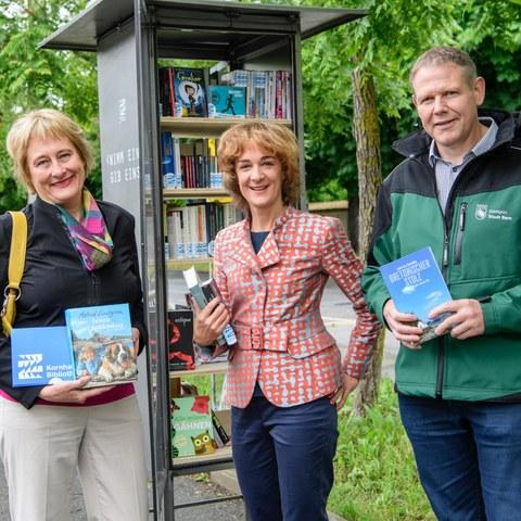 Bücherschränke v.l Christine Eggenberg, Ursula Wyss, Christoph Schärer Bild Béatrice Devènes