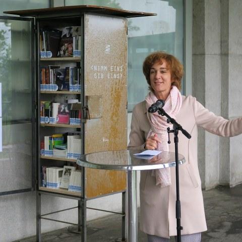 Eröffnung offene Bücherschränke mit Gemeinderätin Ursula Wyss klein. Vergrösserte Ansicht