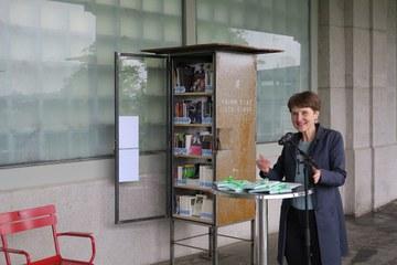Eröffnung offene Bücherschränke mit Gemeinderätin Franziska Teuscher klein. Vergrösserte Ansicht