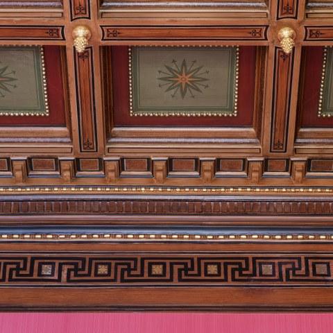 Bubenbergplatz 3: Wiederhergestellte Kassettendecke mit goldenen Pinienzapfen im zentralen nördlichen Zimmer im ersten Obergeschoss. (© Fotografie Stampfli). Vergrösserte Ansicht