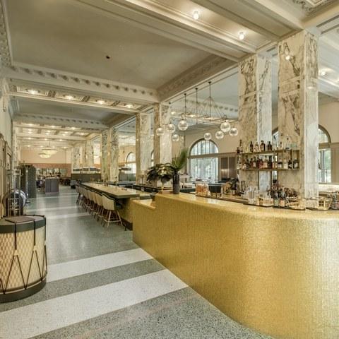 Herrengasse 25 (Casino): Originalgetreu wiederhergestellter Saal des Restaurants mit Stuckdecke und marmorverkleideten Doppelpfeilern. (© Alexander Gempeler). Vergrösserte Ansicht