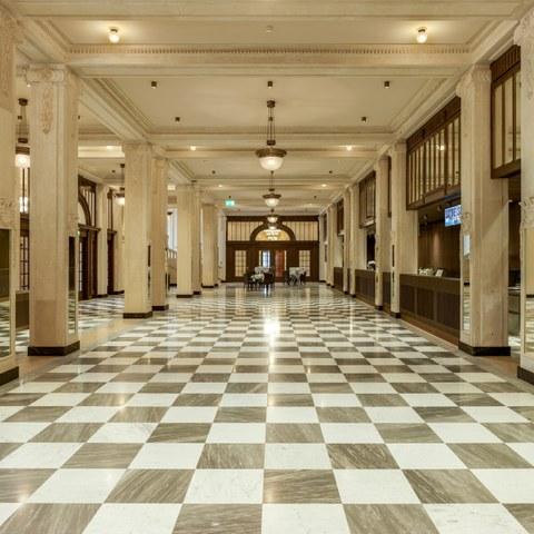 Herrengasse 25 (Casino): Foyer mit den freigelegten originalen Oberflächen, die eine Natursteinsichtigkeit imitieren. (© Alexander Gempeler) . Vergrösserte Ansicht