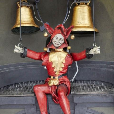 Zytglogge:  Restaurierte Narrenfigur im Spielerker an der Ostfassade des Zytgloggeturms. (© Philipp Zinniker)