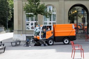 Strassenreinigungsmaschine mit Elektroantrieb klein. Vergrösserte Ansicht