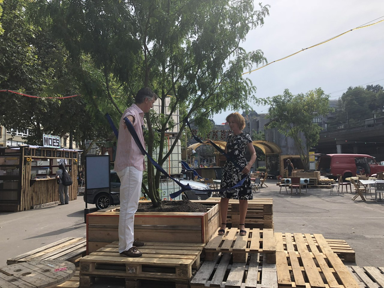 Symbolische Übergabe der Schützenmatte an die Bevölkerung durch Stadtpräsident Alec von Graffenried und Gemeinderätin Ursula Wyss.
