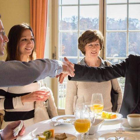 GR U. Wyss begruesst eine junge Familie beim Empfang im Erlacherhof. Vergrösserte Ansicht