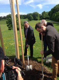 Stadtratsmitglied David Stampfli und Stadtpräsident Alexander Tschäppät beim Pflanzen der Friedenslinde.jpg
