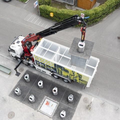 Drohnenaufnahme Fahrzeug an Entsorgungsstelle quer 2 (Bild Rob Lewis). Vergrösserte Ansicht