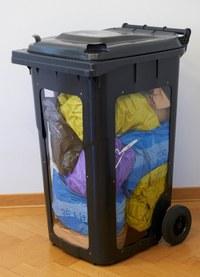 Bild: Container mit farbigen Säcken