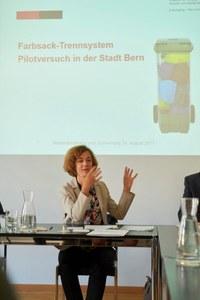 Bild: MK Farbsack Trennssystem mit Gemeinderätin Ursula Wyss
