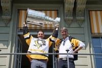 Mark Streit und Alec von Graffenried mit Stanley Cup