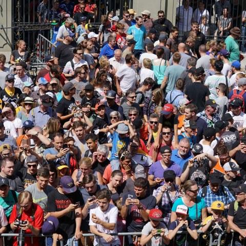 Fans bei der Präsentation des Stanley Cups im Erlacherhof (JPG, 7 MB). Vergrösserte Ansicht