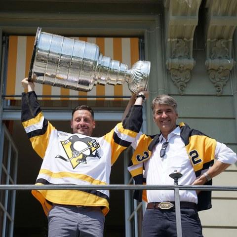 Mark Streit und Alec von Graffenried mit Stanley Cup (JPG, 4,4 MB). Vergrösserte Ansicht