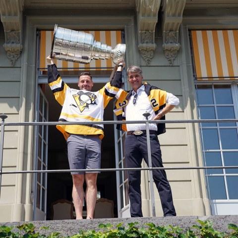 Mark Streit und Alec von Graffenried mit Stanley Cup im Erlacherhof (JPG, 7,5 MB). Vergrösserte Ansicht