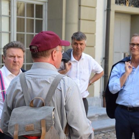 Im Vordergrund: Claude Longchamp, Im Hintergrund: Michael Ludwig (Wien, links), Alec von Graffenried (Bern, mitte), Michael Müller (Berlin, rechts)). Vergrösserte Ansicht