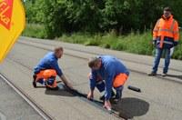 TDF, Einweihung Ziellinie, Arbeiter verlegen Schienenabdeckung