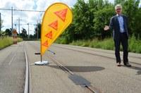 TDF, Einweihung Ziellinie, Hans-Peter Wyss präsentiert Schienenabdeckung