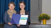 5 Bild Übergabe Auszeichnung, Elsbeth Müller und Gemeinderätin Franziska Teuscher