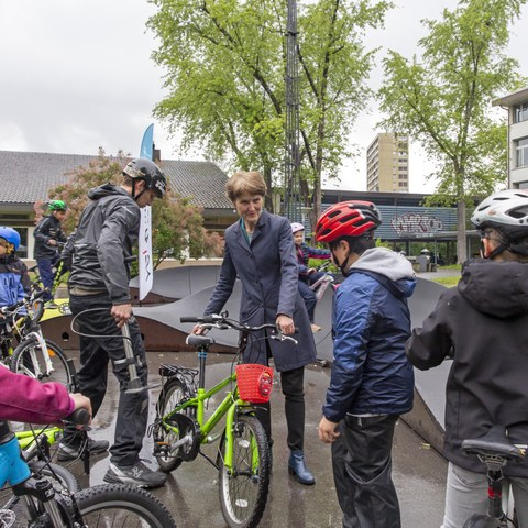 Gemeinderätin Franziska Teuscher mit Schulkindern bei der Eröffnung des Pumptracks bei der Schule Steigerhubel (Bild: Peter Eichenberger)