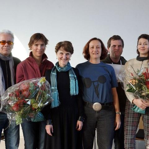 Sozialpreis 2015  v.l. Daniel Pulver, Isabelle Pulver (beide Rolling Thunder), Gemeinderätin Franziska Teuscher, Suzanne Brunner, Heinz Lauener und Sophie Brunner (Atelier ROHLING)
