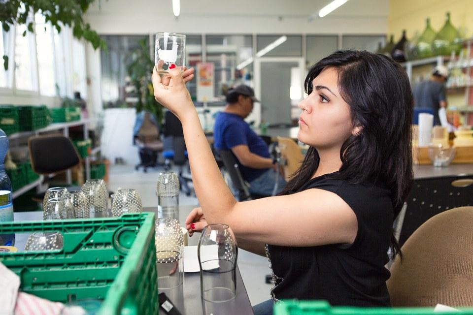 Frau im Glasdesign an der Arbeit
