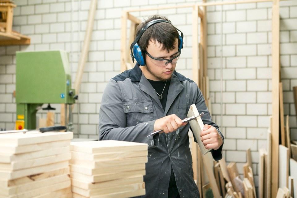 Jugendlicher in Holzwerkstatt