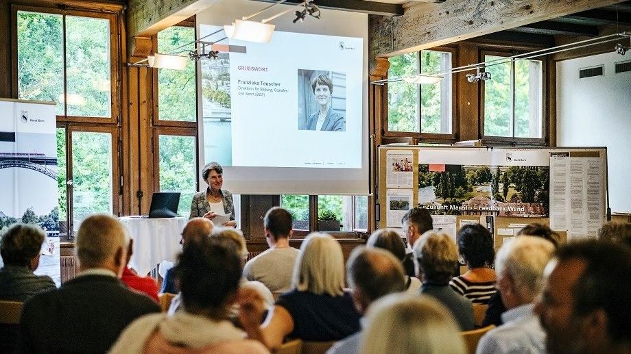 Interessierte hören bei der Einleitung zu, zu sehen ist Gemeinderätin Franziska Teuscher