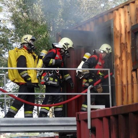 Angehörige der Feuerwehr während Übung auf der Heissausbildungsanlage Bern. Vergrösserte Ansicht