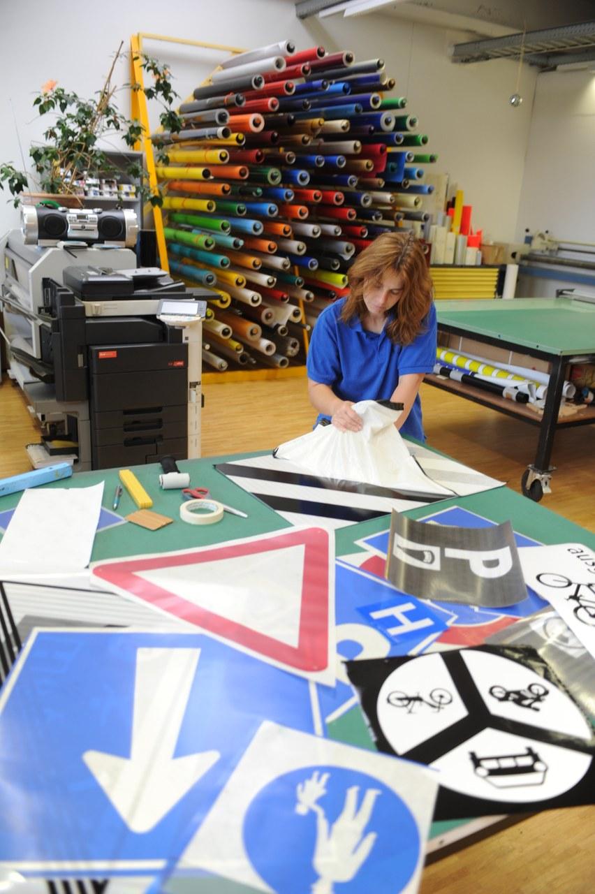 Herstellung eines Signalisationsschildes in Schriftenmalerei