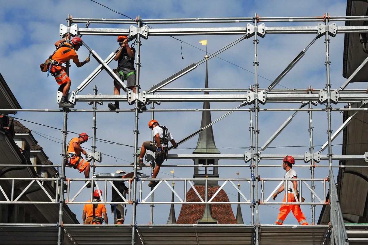Gerüstbau für Fussgängerpasserelle Bärenplatz mit Bauarbeitern, 2013