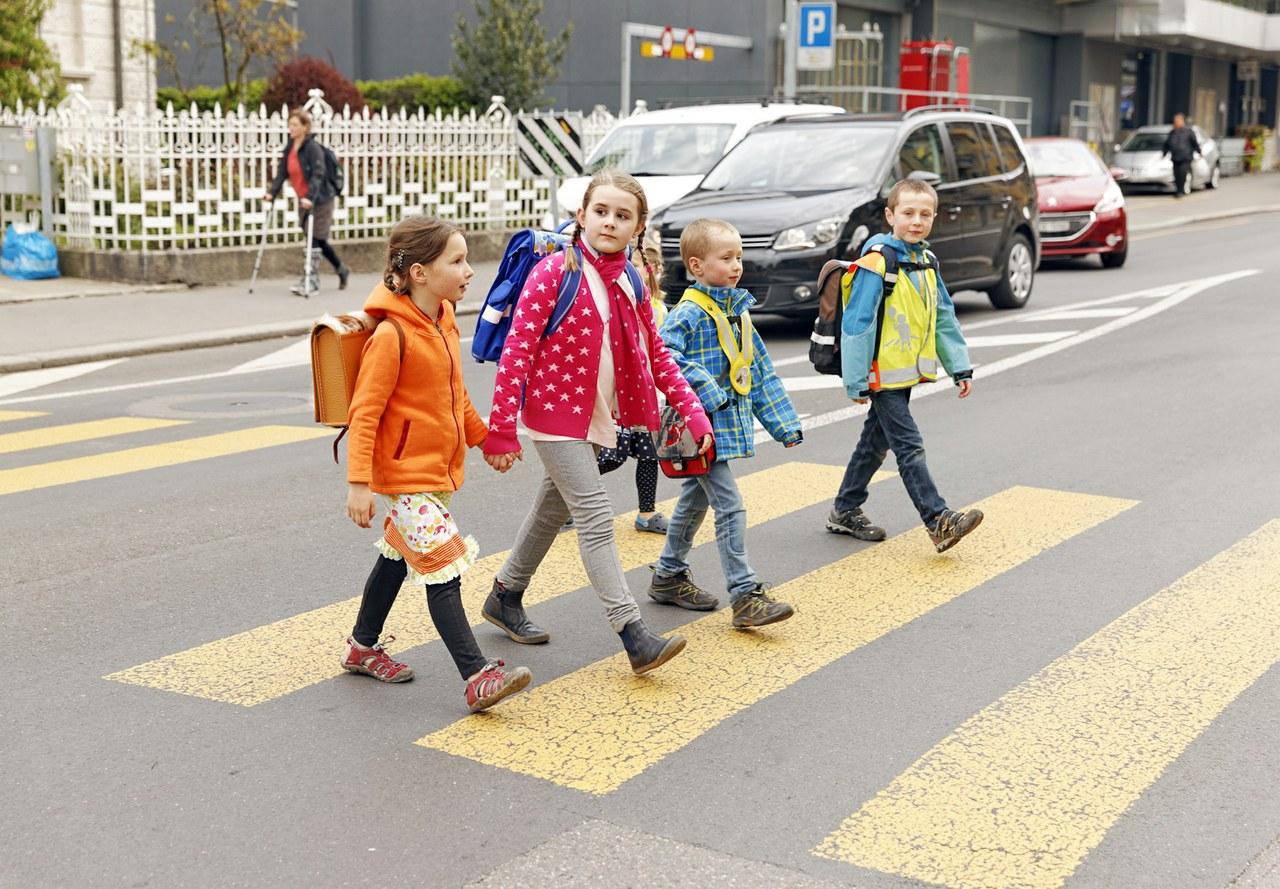 Bild Kinder auf Fussgängerstreifen