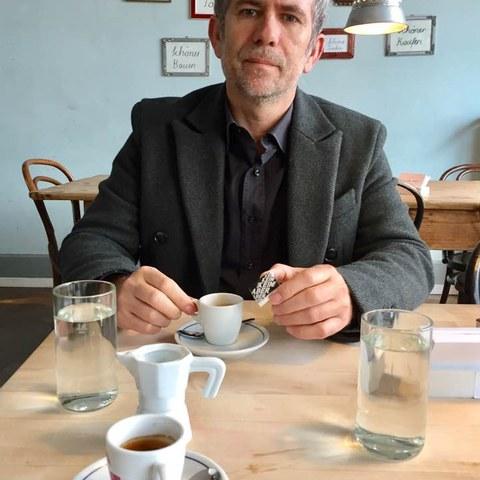 Der Präsident der Fachkommission für Integration, Hilmi Gashi, im Café O Bolles. Vergrösserte Ansicht