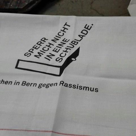 Frühlingsputz, Geschirrtücher gegen Vorurteile (Kath. Kirche Bern und Evang. -Ref. Gesamtkirchgemeinde Bern). Vergrösserte Ansicht