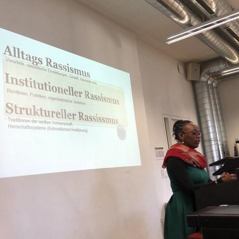 Rassismus an Hochschulen. Input von Dr. Emily Ngubia Kessé (SUB). Vergrösserte Ansicht