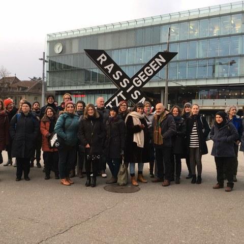 Partnerinnen und Partner der Aktionswoche vor der X-Skulptur. Vergrösserte Ansicht