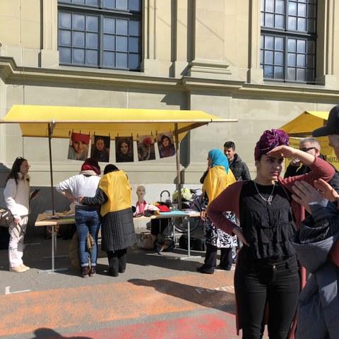 Probier's aus: Mit Kopftuch unterwegs. Austausch auf dem Bahnhofplatz (Tasamouh). Vergrösserte Ansicht