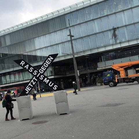 X-Skulptur als Programmspender. Vergrösserte Ansicht