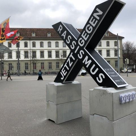 X-Skulptur auf dem Bahnhofplatz. Vergrösserte Ansicht